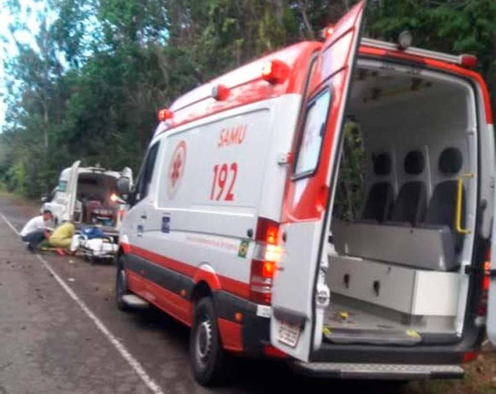 Samu socorreu os feridos do acidente na BA-099, na Bahia — Foto: Ubiratan Passos/TV Bahia