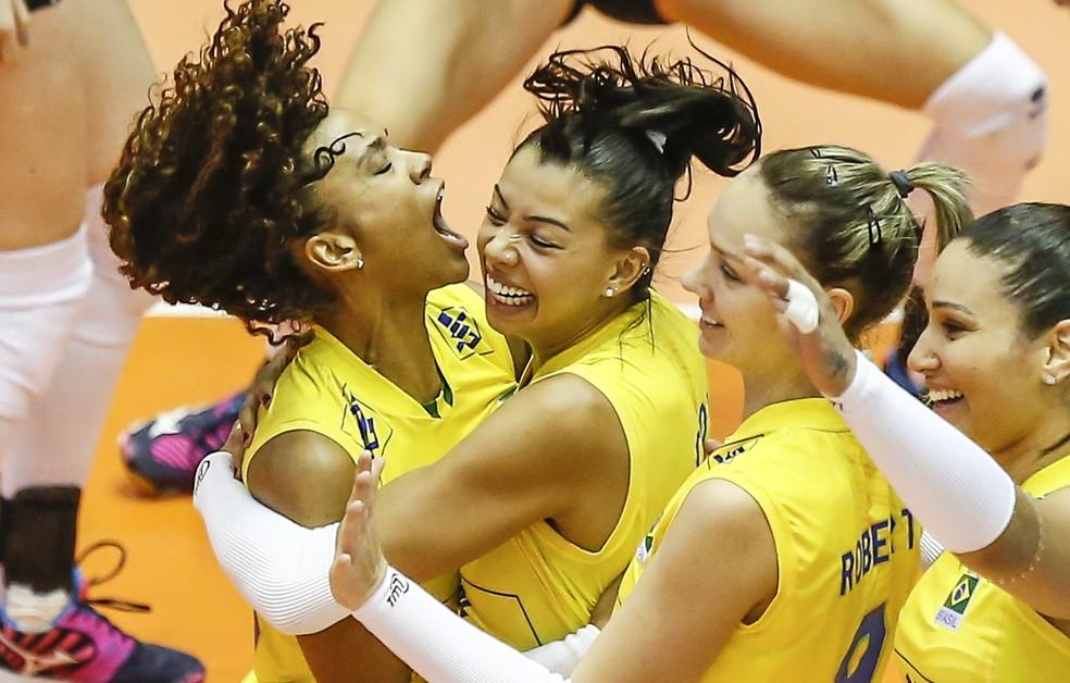 Carol, Roberta e Tandara vibram com Amanda após mais um ponto do Brasil contra a Bélgica (Foto: Divulgação/FIVB)