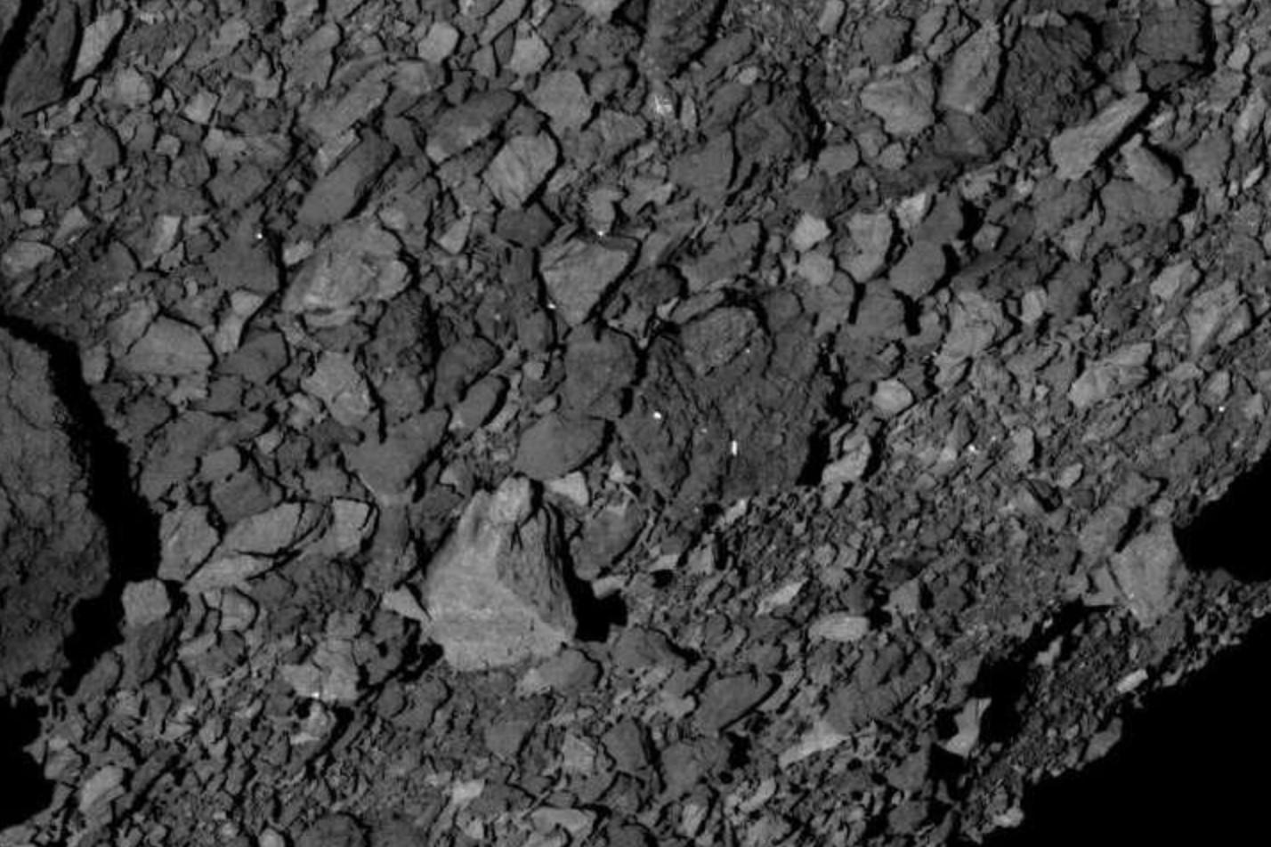 Cientistas repararam que o solo do asteroide Bennu é extremamente irregular (Foto: NASA/Goddard/University of Arizona/Lockheed Martin)