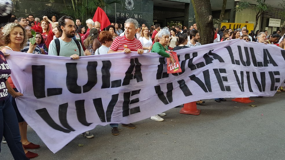 Apoiadores de Lula esperam por Dilma Rousseff em frente ao TRE-MG. (Foto: Raquel Freitas/G1)