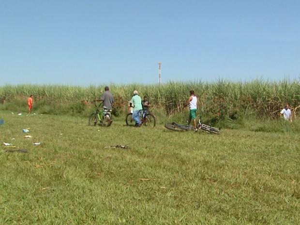Adultos e até crianças foram ao local onde o carro-forte da Protege foi assaltado para procurar dinheiro (Foto: Reprodução/EPTV)