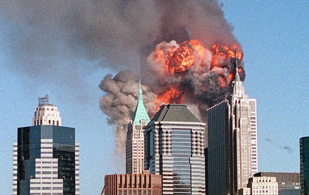 Segundo avião atinge a torre sul do WTC nos ataques coordenados de 11 de setembro — Foto: The New York Times