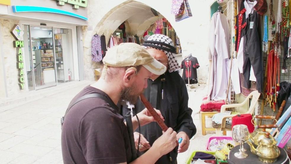 'Parece muito autêntico', afirma Giles em visita a mercado (Foto: BBC)