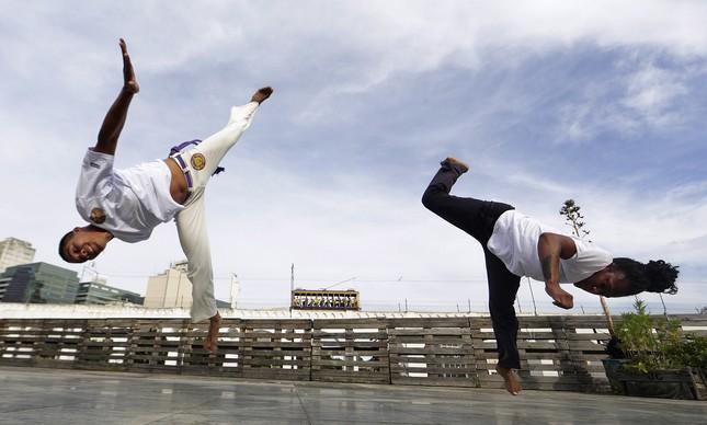 Priscila dos Santos e Anderson Nunes jogam capoeira no terraço da Fundição Progresso