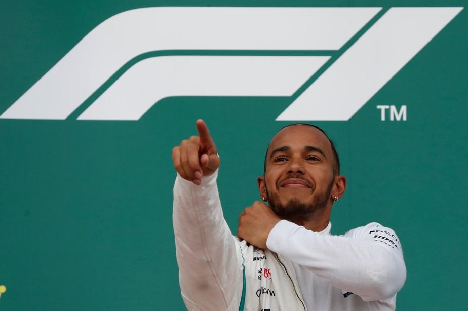 Em corrida maluca, vitória cai no colo de Hamilton, que assume a ponta do Mundial