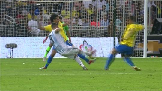 Danilo sofre entorse no tornozelo durante vitória da Seleção e preocupa