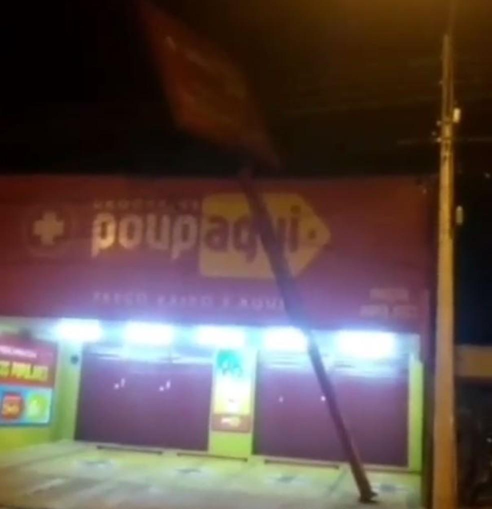Placa caiu com força do vento e atingiu fiação em Rio Preto (SP) — Foto: Arquivo Pessoal