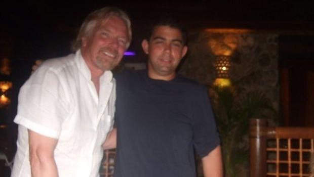 Andrew conheceu muitas celebridades e ídolos, incluindo Richard Branson, fundador do grupo Virgin (Foto: ANDREW MICHAEL via BBC)