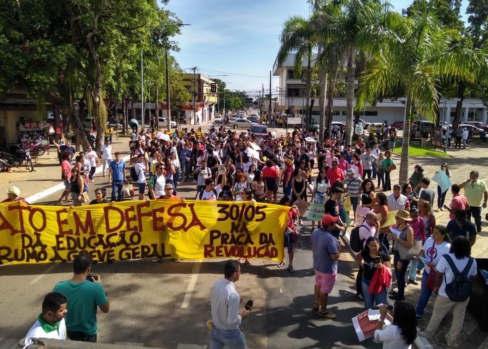 RIO BRANCO, 09h23: Manifestantes se reúnem no Centro de Rio Branco nesta quinta-feira (30) — Foto: Alcinete Gadelha/G1