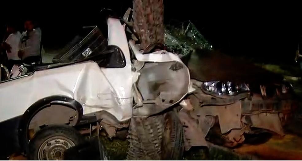 Carro ficou destruído após ser atingido na traseira e arremessado contra palmeira; motorista morreu na hora — Foto: Reprodução/Inter TV Cabugi
