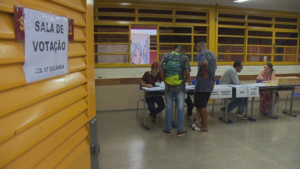 Votação no CED 7 de Ceilândia para decidir sobre militarização — Foto: Reprodução/TV Globo