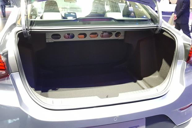 Porta-malas do Onix sedã é menor do que o do Prisma atual (Foto: Julio Cabral/Autoesporte)