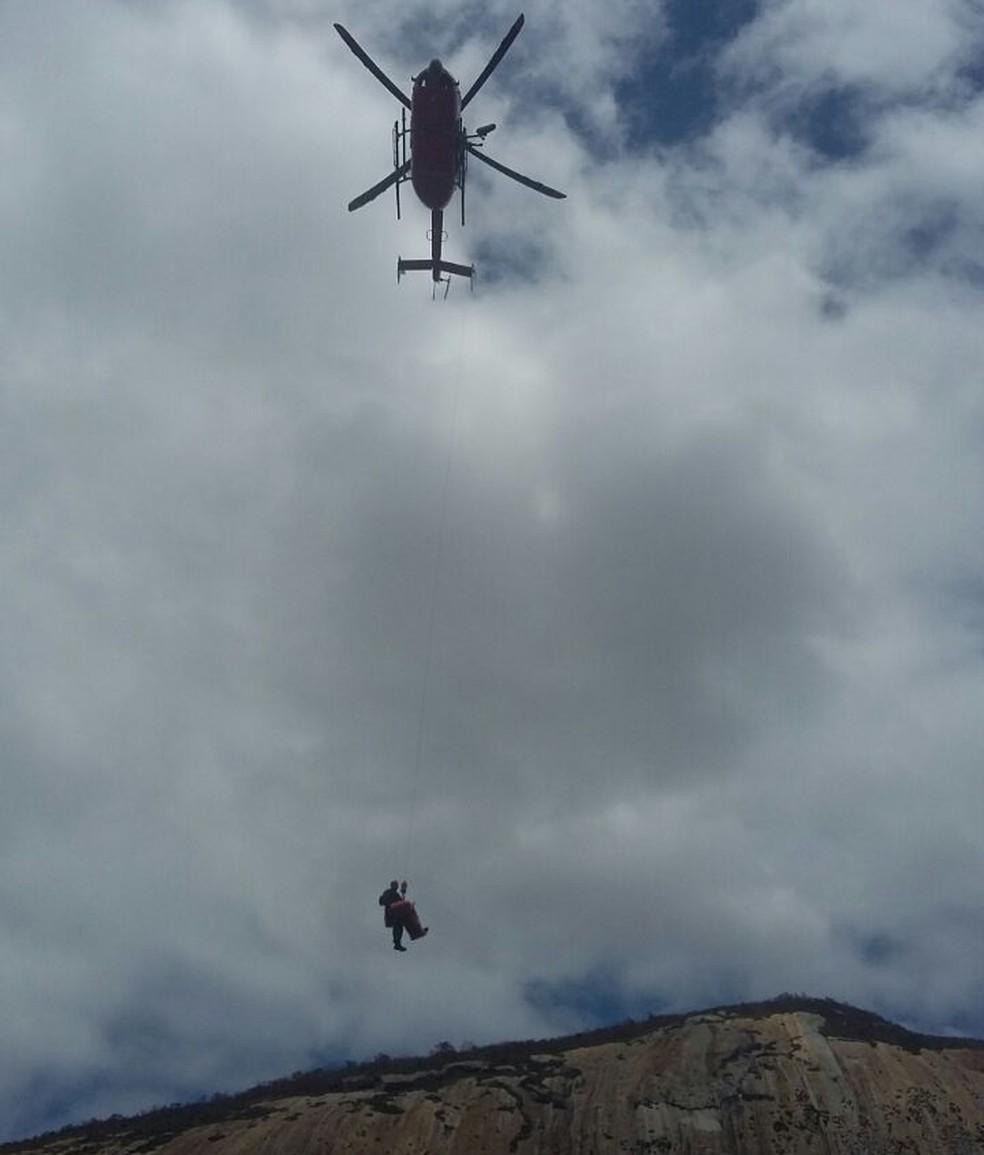 Equipes da Polícia Militar utilizaram helicóptero para resgatar corpo de atleta, que se acidentou em área de difícil acesso (Foto: PM/Divulgação)