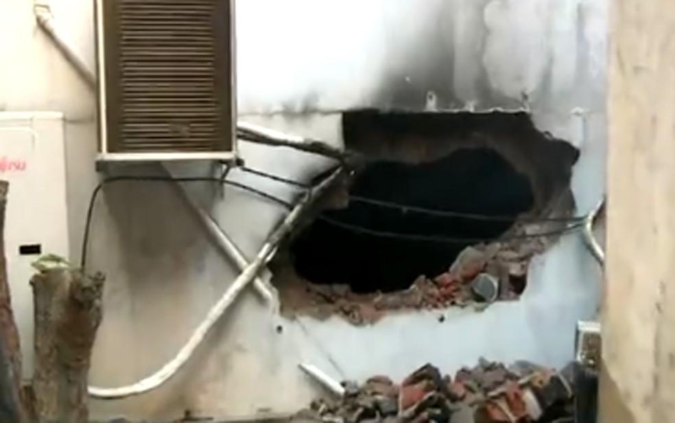 Bombeiros abriram um buraco na parede para facilitar o acesso ao depósito que pegava fogo no Centro de Campinas. — Foto: Reprodução/EPTV
