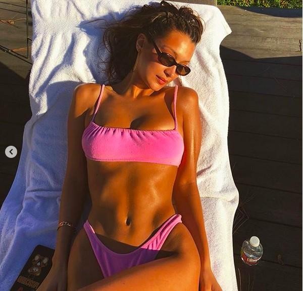 A modelo Bella Hadid pegando sol em um momento de lazer (Foto: Instagram)