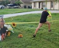 """Pai de noivo suspeito da morte de Gabby Petito arranca cartaz do seu jardim perguntando """"e se fosse com a sua filha?"""""""