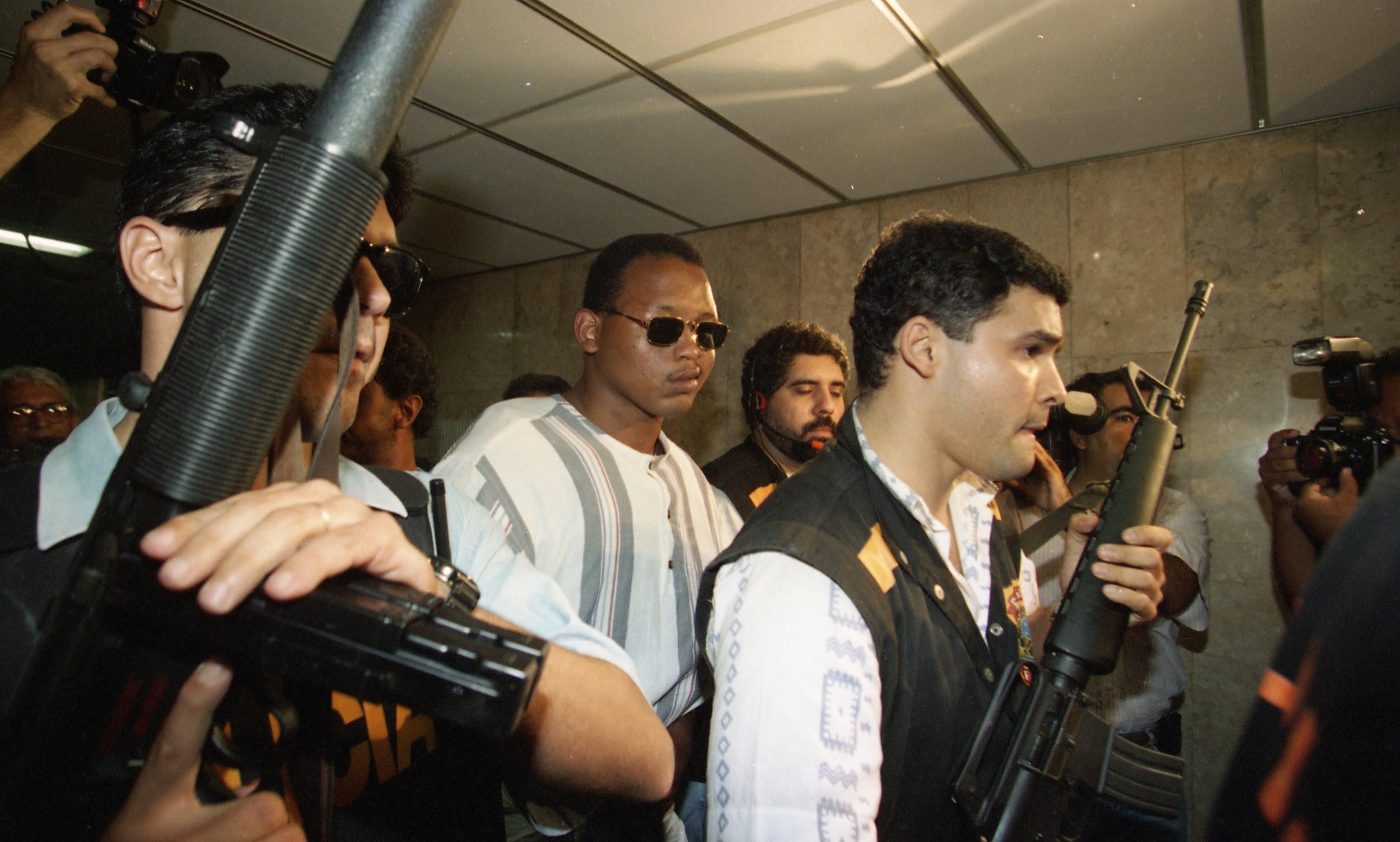 O sobrevivente Wagner indo identificar os assassinos da Candelária, em outubro de 1995