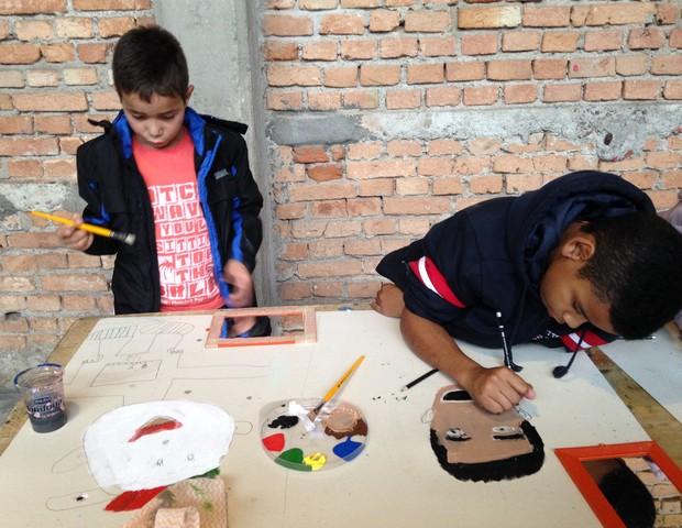 """Crianças participando da oficina """"Minha Selfie de Tinta"""" (Foto: Divulgação)"""