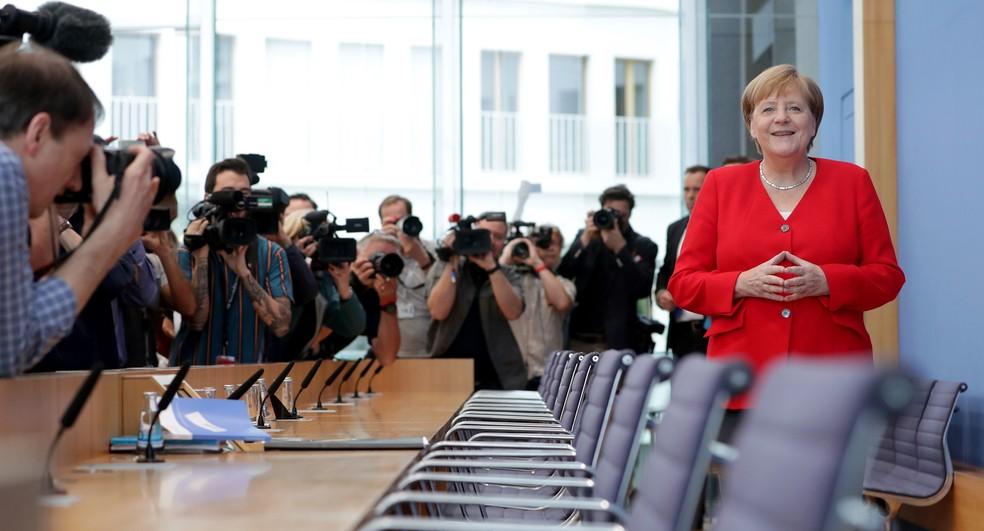 A chanceler Angela Merkel sorri durante conferência anual de verão em Berlim, na Alemanha — Foto: Michael Sohn/AP