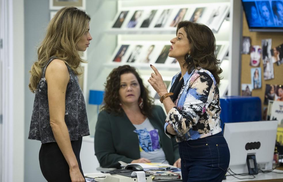 """Dida Camero interpretou Lourdeca em """"Verdades Secretas"""". Na foto, a atriz grava cena com Grazi Massafera (Larissa) e Marieta Severo (Fanny) — Foto: Globo/Estevam Avellar"""