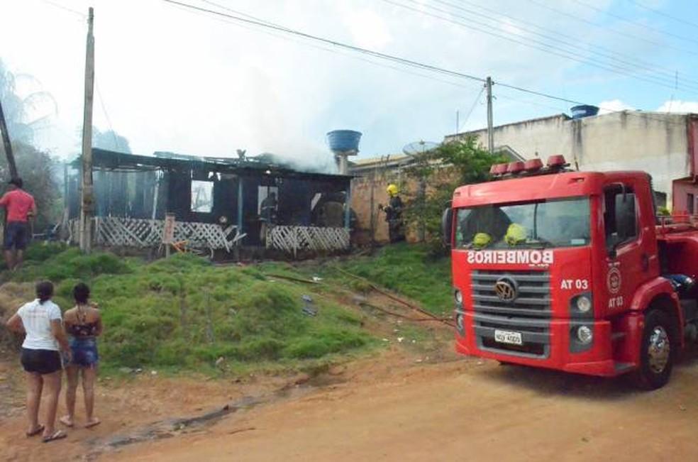 Bombeiros apagaram chamas após mulher acender isqueiro em marido (Foto: TBN notícias/Reprodução)