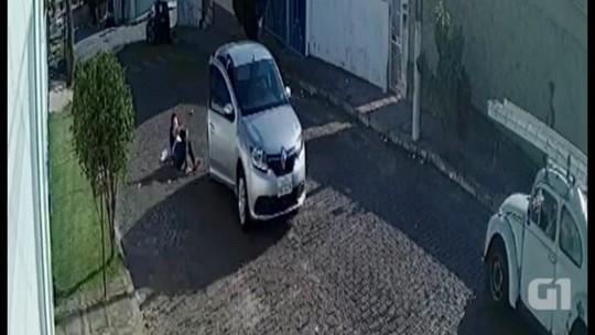 Mulher pula de carro em movimento para fugir de tentativa de sequestro