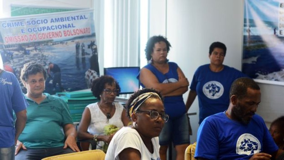 Uma manifestação de pescadoras, pescadores e marisqueiras chegou a ocupar a sede do Ibama em Salvador — Foto: BBC