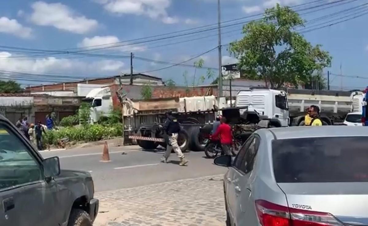VÍDEO: Mulher fica ferida em tombamento de caçamba na BR-104, em Rio Largo