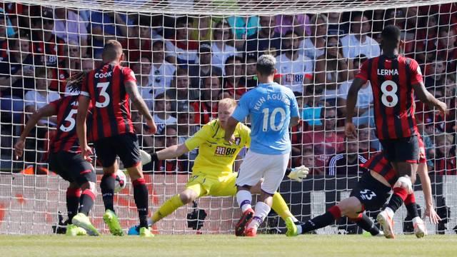Agüero (10) chuta para marcar o terceiro gol do Manchester City contra o Bournemouth