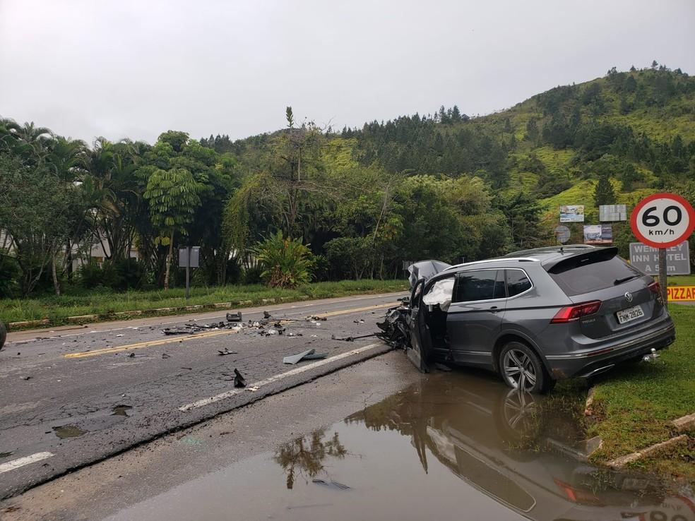 Carro ficou destruído em acidente na Rio-Santos — Foto: Arquivo Pessoal/Fernanda Munhoz