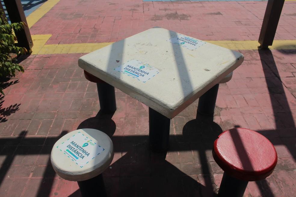 Em áreas comuns, adesivos sinalizam espaços que podem ser utilizados — Foto: Matheus Castro/G1 AM
