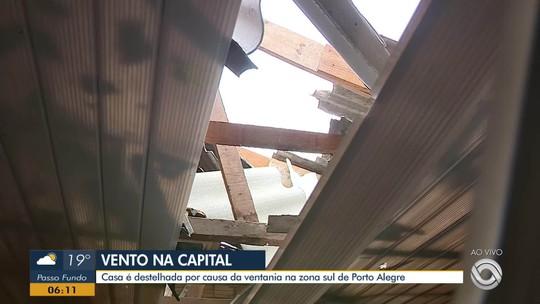 Vento forte danifica casas e derruba árvores em Porto Alegre