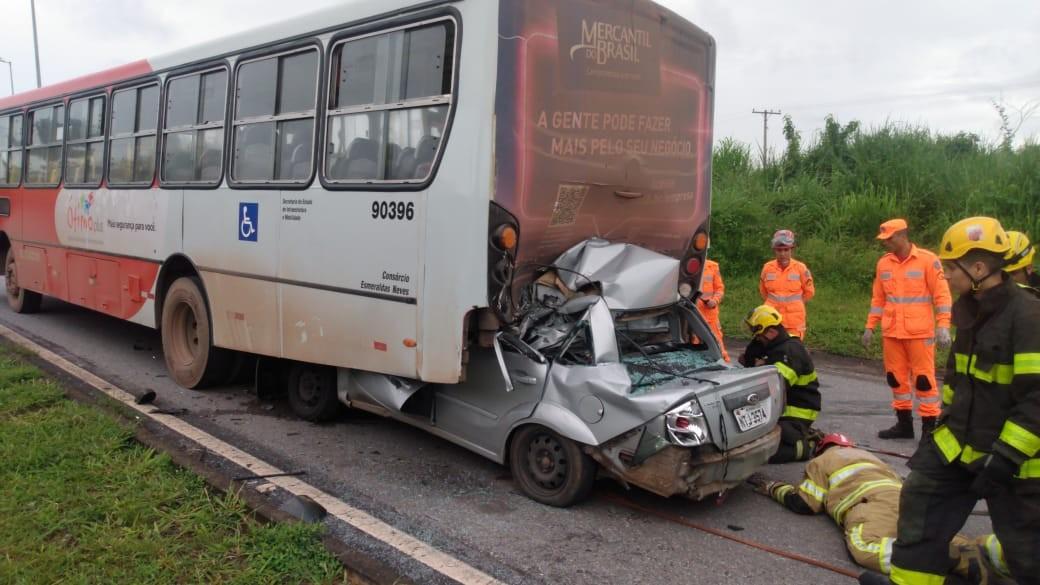 Carro bate e entra debaixo da traseira de ônibus em Contagem, na Grande BH
