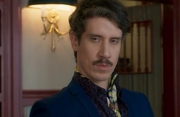No capítulo de sábado (27), Adamastor (Theodoro Cochrane) encontrará Ondina morta na pousada (Foto: TV Globo)