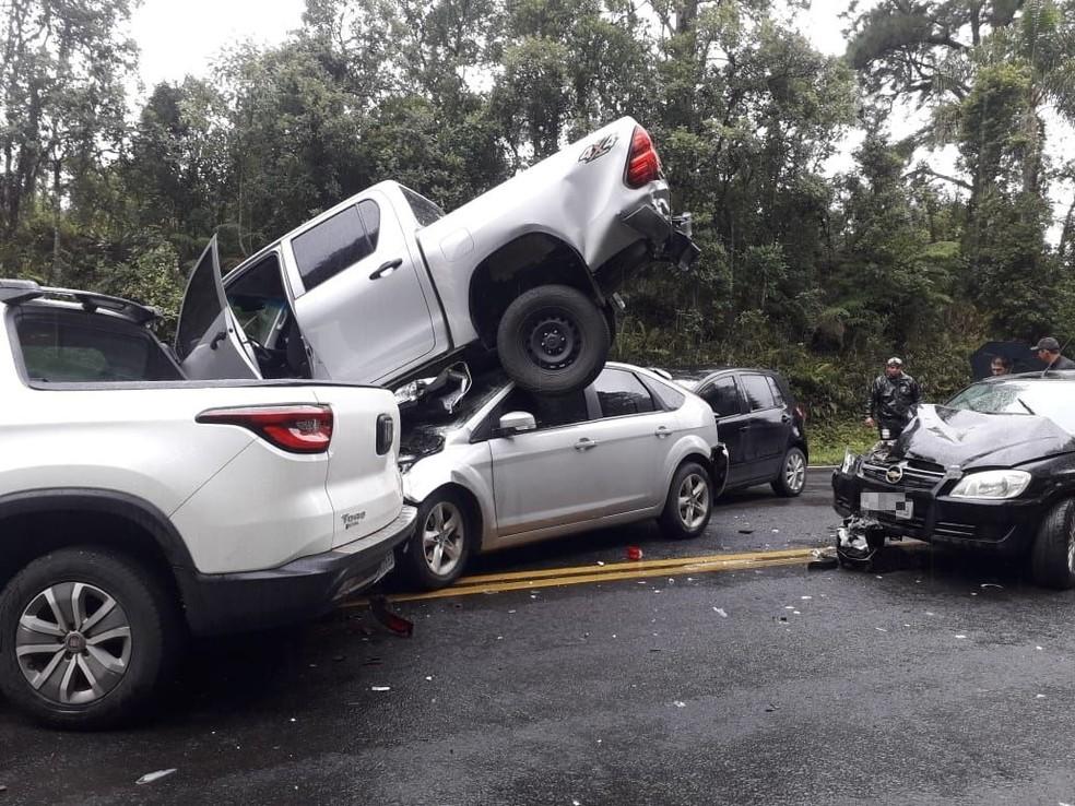 Cinco veículos se envolveram no engavetamento — Foto: Corpo de Bombeiros Militar de Otacílio Costa/Divulgação