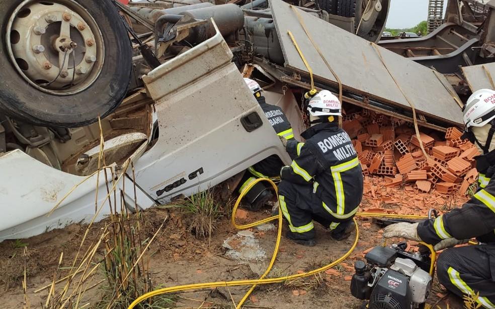 Bombeiros trabalhando para retirar caminhoneiro das ferragens após acidente no oeste da Bahia — Foto: Divulgação/2º SGBM