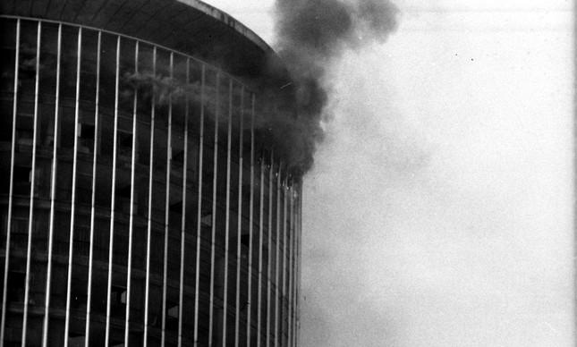 Fumaça saindo das janelas do Hotel Nacional durante incêndio, em 1981