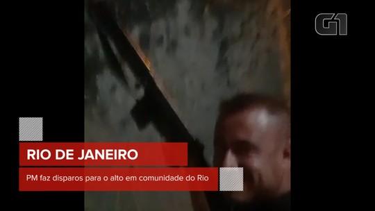 Imagens mostram PM realizando disparos de fuzil para o alto em comunidade do RJ