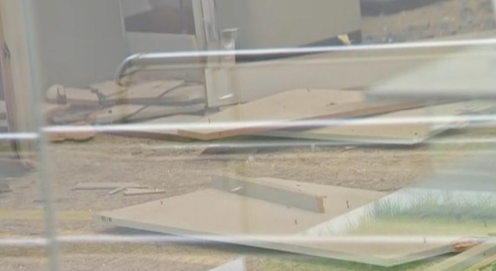 Dois caixas eletrônicos foram destruídos — Foto: TVCA/Reprodução