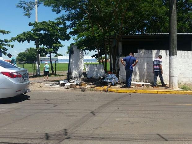 Carro arrastou motocicleta com as vítimas até parar no muro (Foto: Grissia Bueno/TV Fronteira)