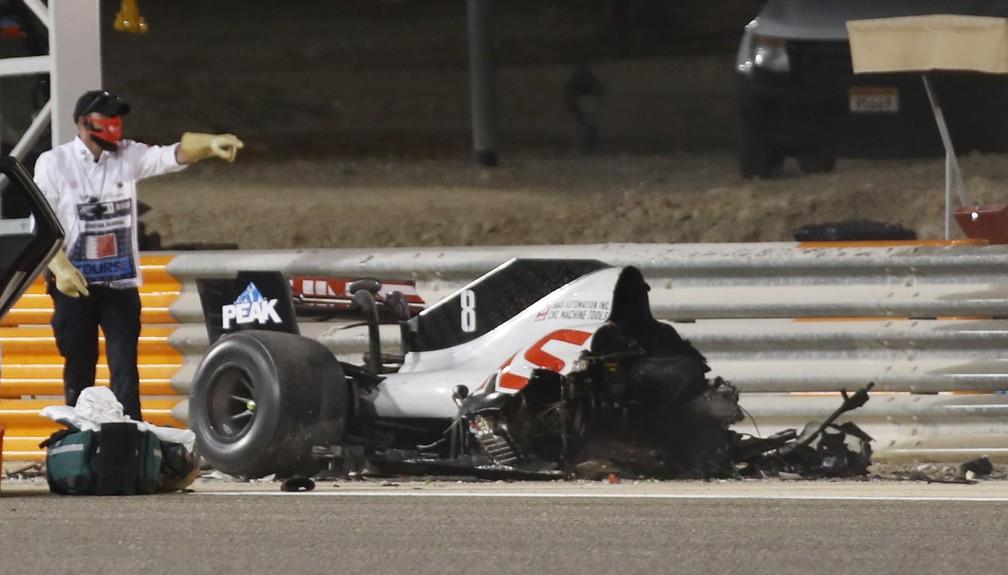 Carro de Grosjean após a batida: a Haas partiu ao meio — Foto: REUTERS/Hamad I Mohammed