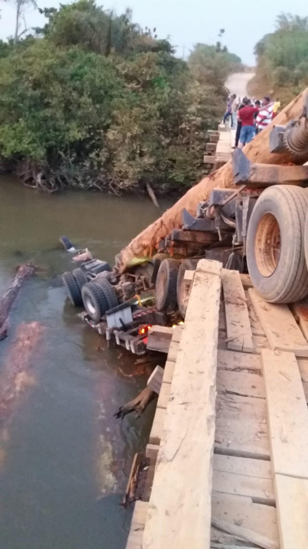 Parte da carreta ficou submersa no rio Belém, em Machadinho d'Oeste (RO) — Foto: Reprodução/Redes Sociais