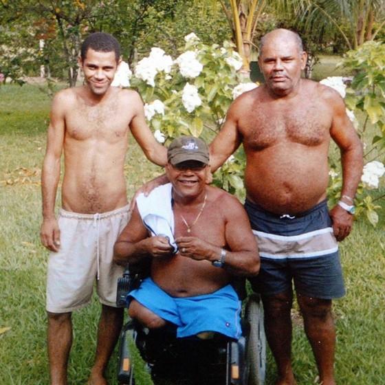 Renê (à dir.) durante visita ao irmão Alcimar na casa que deu de presente a ele em Maricá (RJ). Ao lado deles, o sobrinho Josimar (Foto: ROBERTO MOREYRA/AGÊNCIA O GLOBO)