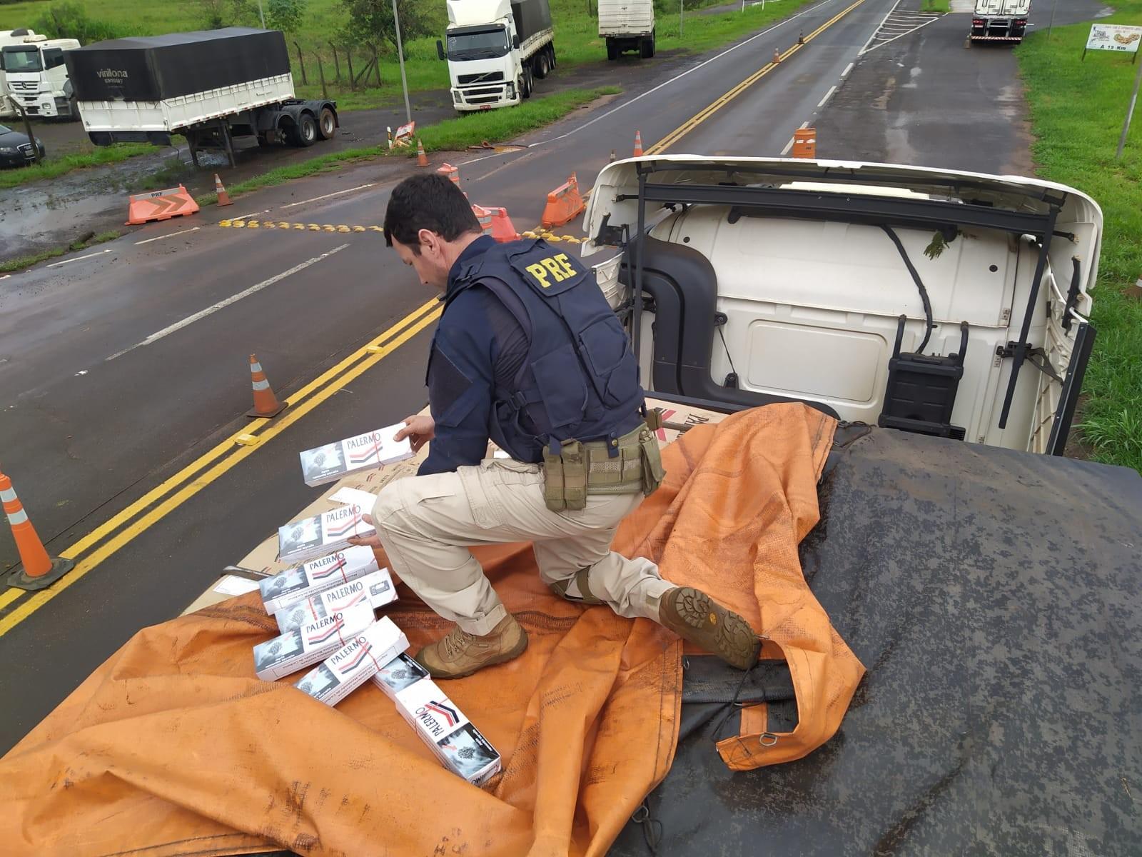 Caminhão carregado com cigarros contrabandeados é apreendido após perseguição, no Paraná; VÍDEO