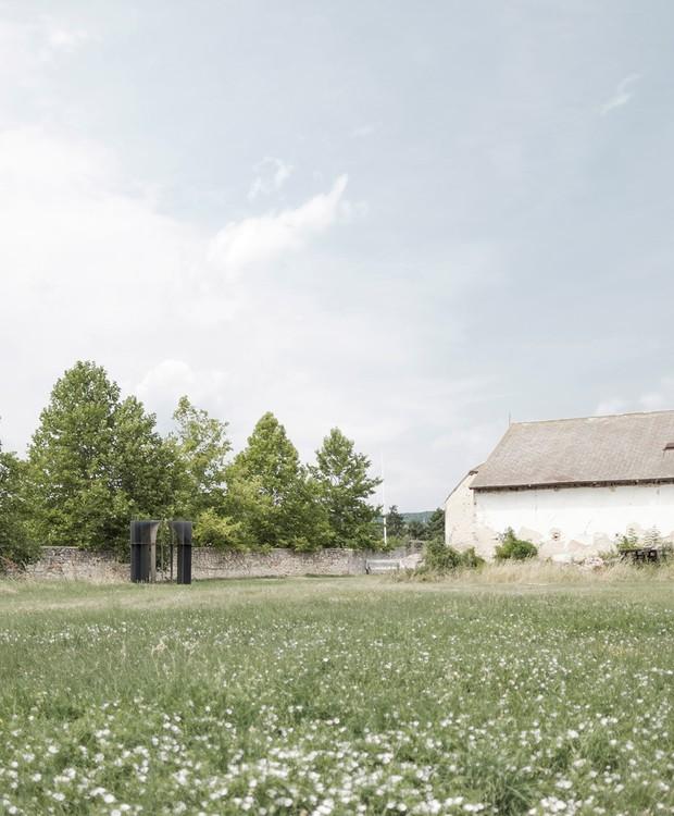 Antes de ser um ambiente para casamentos, o local era um campo de agricultura abandonado  (Foto: Gergely Kenéz/ Reprdução)