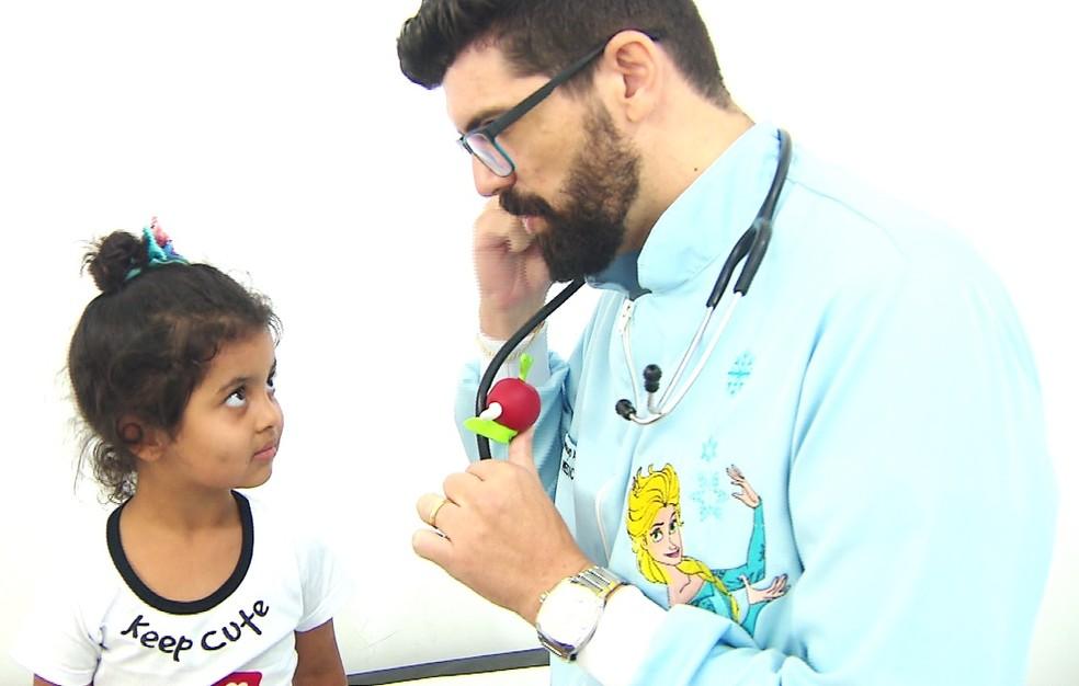Pediatra de Paranaguá se fantasia para acalmar crianças em hospital — Foto: Reprodução/RPC