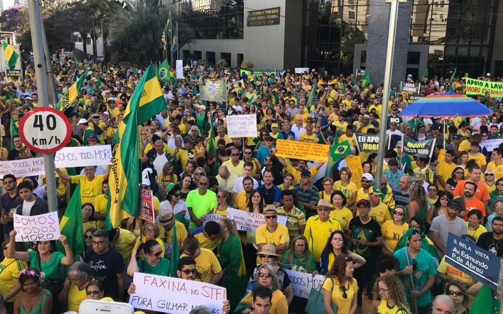 Manifestantes se reúnem em frente à Polícia Federal, em Goiânia, Goiás — Foto: Vitor Santana/G1
