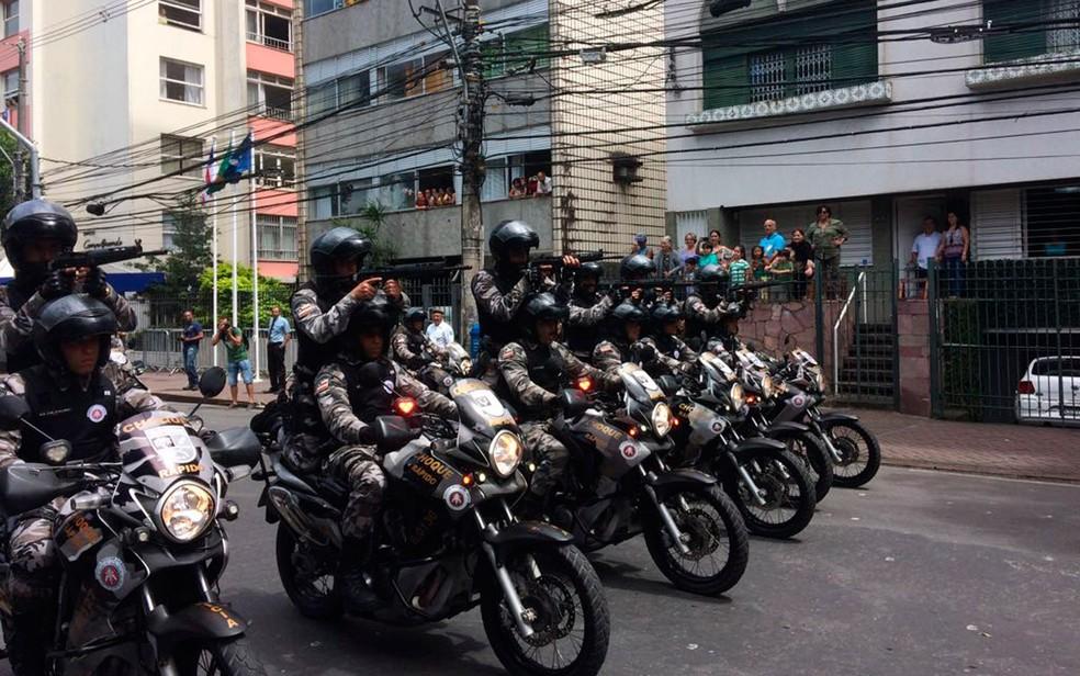 Motociclistas do Batalhão de Choque desfilam (Foto: Henrique Mendes/G1)