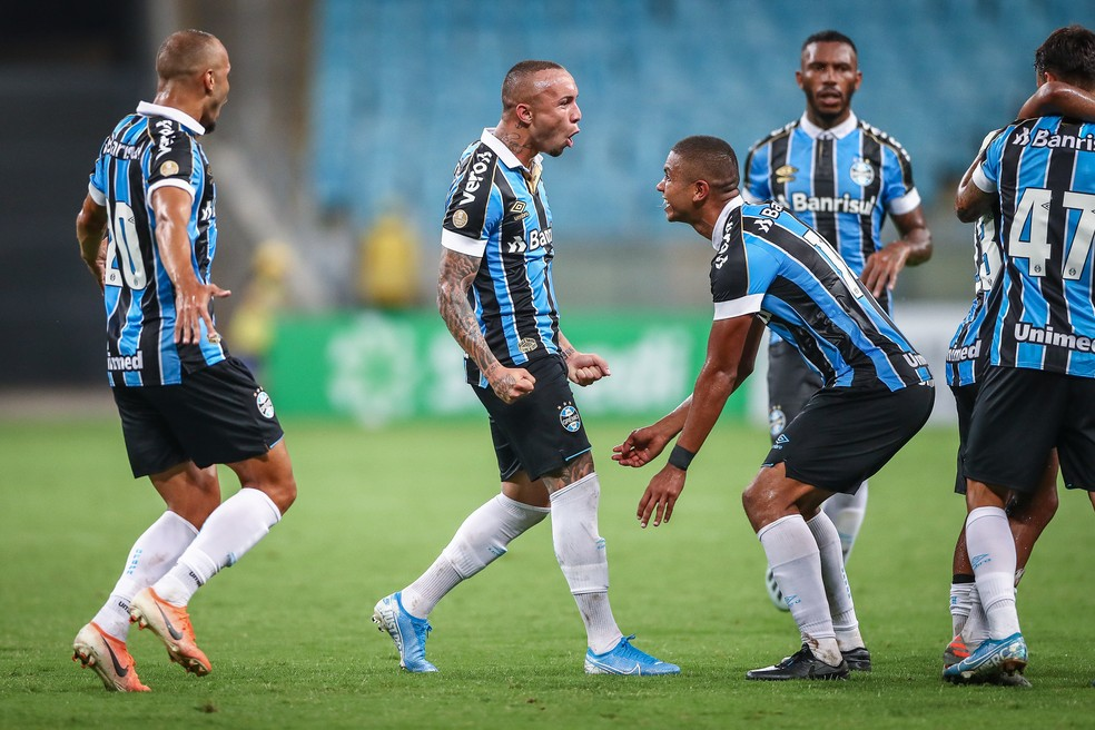 Everton recebe o abraço dos companheiros ao dar a vitória ao Grêmio — Foto: Lucas Uebel/DVG/Grêmio