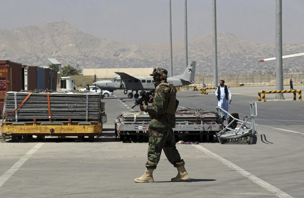 Soldado talibã caminha patrulha a pista do Aeroporto Internacional Hamid Karzai, em Cabul, capital do Afeganistão, em 5 de setembro de 2021 — Foto: Wali Sabawoon/AP